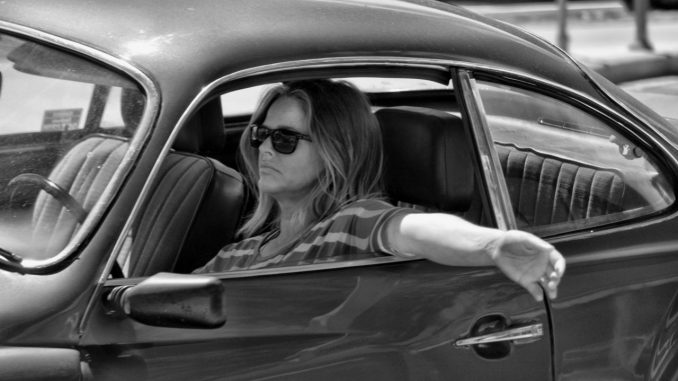 Femme au volant, conduisant.
